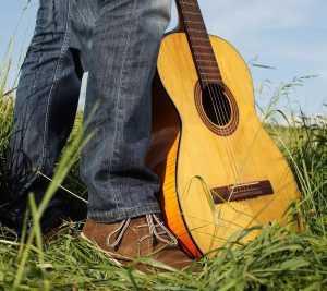 בין לימוד נגינה על גיטרה לבין פיתוח יכולות אישיות