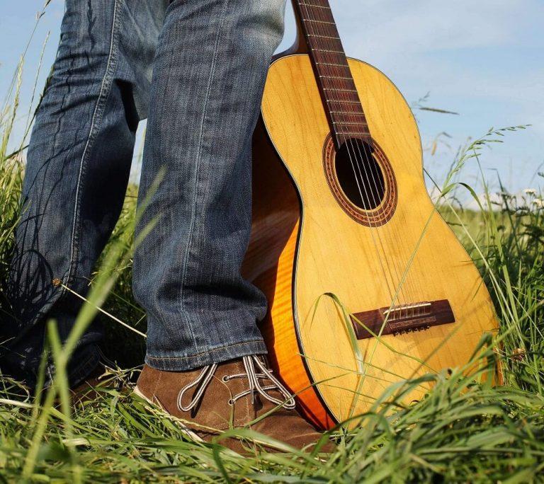 בין לימוד נגינה על גיטרה לפיתוח יכולות אישיות
