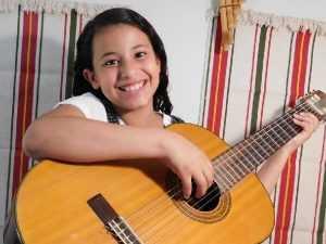 תלמידה מנגנת על גיטרה