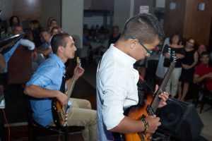 נגינה על גיטרה כהפתעה לחגיגות בר המצווה