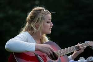 נגינה על גיטרה להצעת נישואין